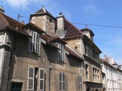 Maison du 15e siècle, dite Hôtel Thomassin - Français:   Bâtiments situés entre le proche et la façade sur rue de l\'hôtel Thomassin (Vesoul, Haute-Saône)