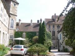 Maison du 15e siècle, dite Hôtel Thomassin - Français:   Cour de l\'hôtel Thomassin à Vesoul (Haute-Saône, France), depuis les écuries