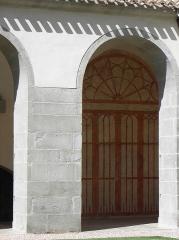 Domaine de l'ancienne abbaye - Abbaye de Caunes-Minervois (11). Arcade et trompe l'œil de la galerie nord du cloître.