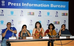 Croix de métier - English: Hollywood Film Producer, Mrs. Leslee Udwin briefing the media on the opening film 'West is West', at the main media center, during the IFFI-2010, in Panjim, Goa on November 23, 2010. The Production Designer, Ms. Aradhana Seth, Actor, Shri Raj Bhansali, the Creative Producer, Shri Suniel Wadhwa, the Director, PIB, Smt. Maushumi Chakravarty are also seen.