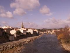 Pont-Neuf qui relie les deux rives de l'Aude près de l'église Saint-Martin -  Vu d'un pont de limoux... de l'autre pont de la ville. Vu sur l'Aude, le fleuve.