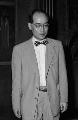 Maison -  Japanese physicist Hideki Yukawa is seen as he greets to Emperor Hirohito and Empress Nagako at the Hayama Imperial Villa on August 10, 1950 in Hayama, Kanagawa, Japan.