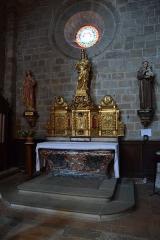 Ancienne abbaye Saint-Hilaire - Abbaye de Saint-Hilaire; en fait de retable classé M.H., il s'agit bel et bien d'un tabernacle à ailes.