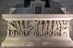 Ancienne abbaye Saint-Hilaire - Deutsch: Sarkophag des hl. Saturninus von Toulouse in der ehemaligen Abteikirche der Abtei Saint-Hilaire in Saint-Hilaire im Département Aude (Region Languedoc-Roussillon/Frankreich), aus dem 12. Jahrhundert, dem Meister von Cabestany zugeschrieben, aus weißem Marmor aus den Pyrenäen