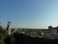 Eglise Notre-Dame-des-Pommiers - Français:   Vue sur la ville depuis l\'entrée du parc du château de Beaucaire