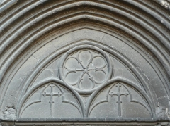 Eglise Saint-Paul, ancienne église des Cordeliers - Français:   Portail ouest, tympan supérieur du XVe, à motifs géométriques