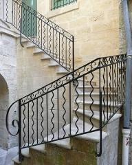 Musée - Français:   Beaucaire (Gard, France), au N°27 de la rue Barbès, maison dont la courette intérieure présente un escalier en partie enfermé dans une tourelle, inscrits M.H..