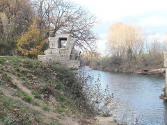Via Domitia : Pont d'Ambrussum -  Ambrussum is a Roman archaeological site in Villetelle, near Lunel, Hérault, the Via Domitia which led over the Pont Ambroix, ran at the foot of the settlement. Leading from it is a paved road with visible traces of Roman cart tracks.