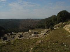 Oppidum préromain et gallo-romain - English: Thermes romains de l'oppidum Saint-Vincent à Gaujac (30). Ils datent de 20-25 ap.-JC. A droite, on aperçoit le belvédère de la Gardie (288m), point culminant de la vallée de la Tave.
