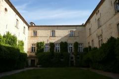 Château de Lascours - Français:   Cours intérieur du château Lascour 16 ème siècle près de Laudun-l\'Ardoise.