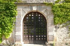 Château de Lascours - Français:   Porte d\'entrée du château Lascours 16 ème siècle près de Laudun-l\'Ardoise.