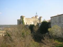 Château -  Village provencale de Lussan dans le Gard (France)