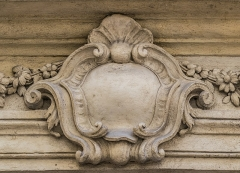 Maison, dite aussi hôtel de Balincourt - English: Detail of the portal of the Hôtel de Balincourt at 29 rue des Lombards in Nîmes, Gard, France