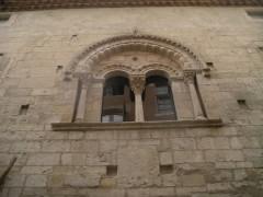 Hôtel de Piolenc, dit Maison des Chevaliers - English:   roman window