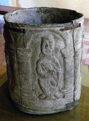 Hôtel de Piolenc, dit Maison des Chevaliers - Français:   Cuve baptismale romane en plomb du XIIème siècle, Languedoc - Musée d\'art sacré du Gard, Pont-Saint-Esprit