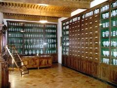 Hôtel de Piolenc, dit Maison des Chevaliers - Deutsch:   Schrank und Apothekergefäße in der Apotheke des Krankenhauses von Pont-Saint-Esprit, Languedoc-Roussillon, Frankreich.
