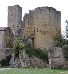 Ancien château - English: The ruins of the Round Tower (Tour ronde) in Roquemaure (Gard). The tower dates from the 13th century and formed part of the medieval castle.