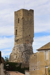 Tour carrée - English: The ruins of the Square Tower (Tour carrée) in Roquemaure (Gard). The tower dates from the 12th century and formed part of the medieval castle.