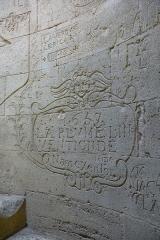 Ancienne abbaye de Saint-Gilles - Deutsch: Eingemeißelte Inschrift von Steinmetzgesellen aus dem 17.Jahrhundert