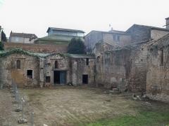 Ancienne abbaye de Saint-Gilles - reste du cloitre de l'abbatiale de Saint Gilles (30)