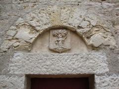 Eglise Saint-Laurent - Français:   St.Laurent-des-Arbres (Gard, Fr) blason en relief au-dessus d\'une porte de l\'église-château