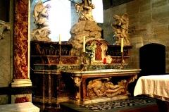 Eglise Notre-Dame - Autel sculpté par Antoine Duparc en 1745 pour la chartreuse de Villeneuve-lès-Avignon et se trouvant actuellement dans la collégiale Notre-Dame de la même commune; le bas-relief en marbre représentant le Christ mort est classé M.H..