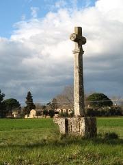 Ancienne chapelle Saint-Pierre - English:   Cross near the Saint-Peter chapel with Bégude Saint-Pierre in the background