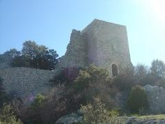 Ruines du Castellas - Français:   Castellas de Saint-Victor la Coste (Gard, 30).  Vue sur la chapelle et le donjon du château.