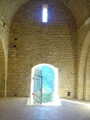 Ruines du Castellas - Français:   Castellas de Saint-Victor la Coste (Gard, 30). Entrée extérieure de la chapelle.