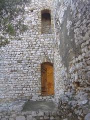 Ruines du Castellas - Français:   Castellas de Saint-Victor la Coste (Gard, 30). Entrée interne de la chapelle.