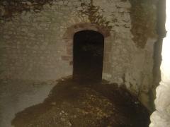 Ruines du Castellas - Français:   Castellas de Saint-Victor la Coste (Gard, 30). Au fond une pièce sans fenêtre et obscure.