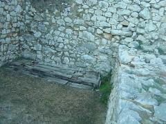 Ruines du Castellas - Français:   Castellas de Saint-Victor la Coste (Gard,30). Au-dessus de l\'entrée, y\'avait-il une herse ici?