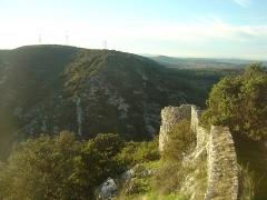 Ruines du Castellas - Français:   Castellas de Saint-Victor  la Coste (Gard, 30). ruines d\'un rempart. En face la colline de Canabier.
