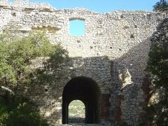 Ruines du Castellas - Français:   Castellas de Saint-Victor la Coste (Gard, 30). En arrière l\'entrée du château.
