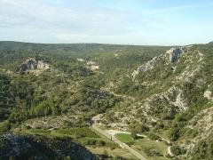 Ruines du Castellas - Français:   Vue depuis le Castellas de Saint-Victor la Coste (30290) sur la route des garrigues entre Saint-Victor la Coste et Pouzilhac