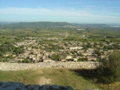 Ruines du Castellas - Français:   Vue depuis le Castellas de Saint-Victor la Coste (30290) sur le village, Laudun et le plateau du camp de César au fond ainsi que Marcoule au fond à droite.