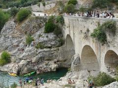 Pont sur l'Hérault, dit Pont du Diable (également sur commune de Saint-Jean-de-Fos) -  Des gens en train de sauter du pont...du Diable