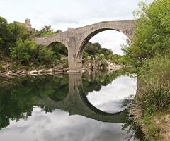 Pont de Saint-Etienne d'Issensac -  Brissac (Hérault - France) - Église (XIIe s.) Saint-Étienne d'Issensac et Pont (XIVe s.) sur l'Hérault.