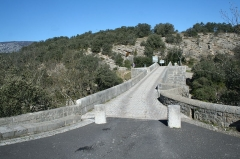 Pont de Saint-Etienne d'Issensac - Français:   Brissac (Hérault) -  Entrée du pont de Saint-Étienne d\'Issensac