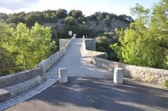 Pont de Saint-Etienne d'Issensac - Français:   Vue de l\'axe de passage piétonnier du pont de Saint-Étienne d\'Issensac sur la commune de Brissac.