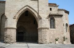 Eglise Saint-Gervais -  Caux (Hérault) - Porche et chevet de Saint-Gervais-et-Protais.