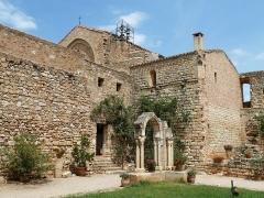 Ancienne abbaye de Fontcaude - English: Fontcaude abbey. Cloister. Northeast corner and church.