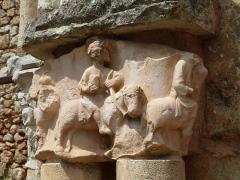 Ancienne abbaye de Fontcaude - English: Fontcaude abbey. Cloister. Northeast corner. Reconstructed arch. Capitals.