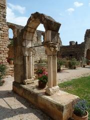 Ancienne abbaye de Fontcaude - English: Fontcaude abbey. Cloister. Northeast corner. Reconstructed arch.