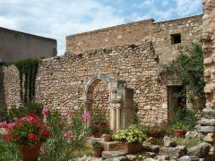 Ancienne abbaye de Fontcaude - English: Fontcaude abbey. Cloister. Northeast corner and North side.