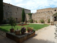 Ancienne abbaye de Fontcaude - English: Fontcaude abbey. Cloister. View from the southeast corner.