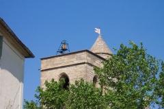 Eglise Saint-Jacques -  le clocher de l'église par dessus les platanes
