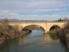 Pont sur l'Hérault -  Chemins de fer de l'Hérault - Gignac, le pont sur l'Hérault. Construit au XVIIIème siècle avec une largeur exceptionnelle pour l'époque, il permet, de 1896 à 1949, à la voie Montpellier - Rabieux de franchir le fleuve en accotement de la route Montpellier - Lodève.