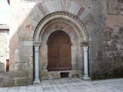 Ancienne abbaye Saint-Pierre de Lunas - Français:   Portail de l\'église abbatiale bénédictine Saint-Pierre-ès-Liens de Joncels (Hérault)