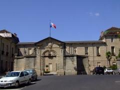 Ancien groupe épiscopal - English: Lodève is a commune of the Hérault département  - France. Hôtel de Ville flying the tricolour.